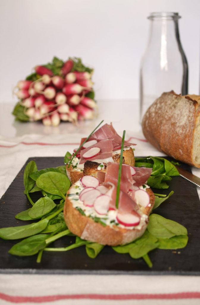 Tartine printanière : cream cheese radis et jambon de Parme