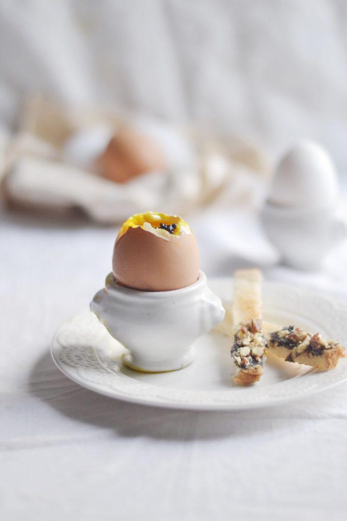 Oeufs à la coque et mouillettes au beurre de caviar et noisettes