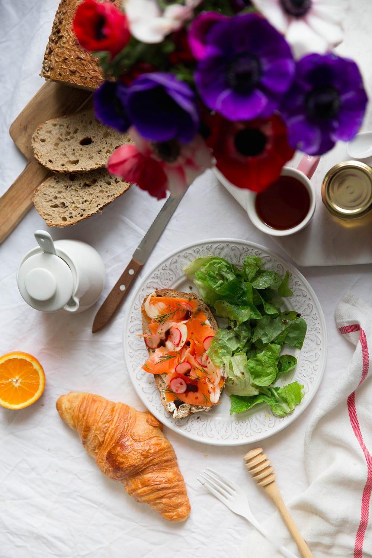 Tartine printanière saumon fumé et légumes marinés