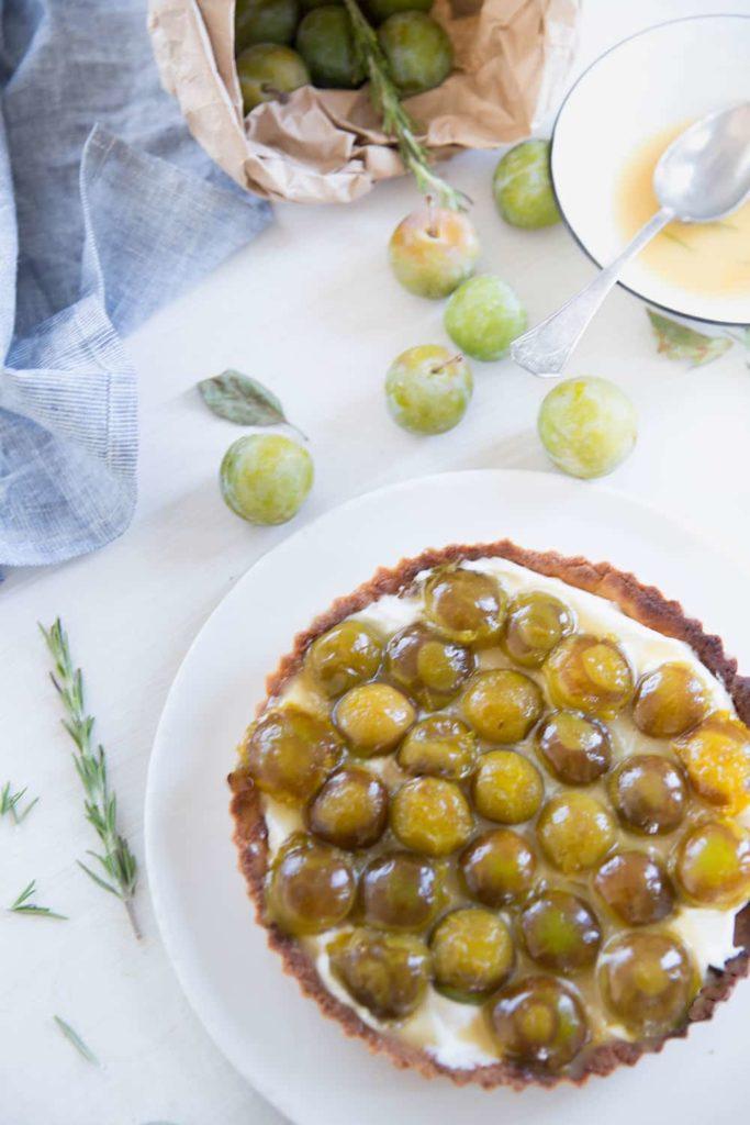 Tarte aux prunes rôties au miel et au romarin