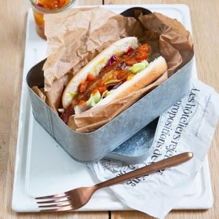 Sandwich curry wurst, chutney de mangue aux oignons rouges
