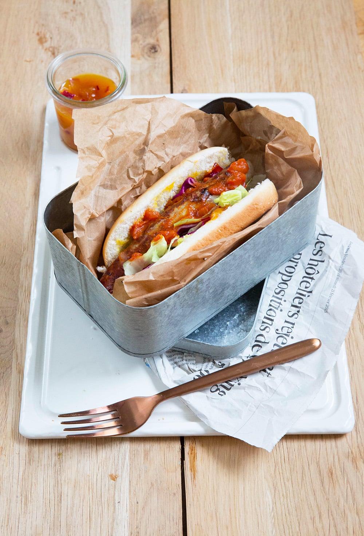 Sandwich curry wurst, chutney de mangue aux oignons rouges