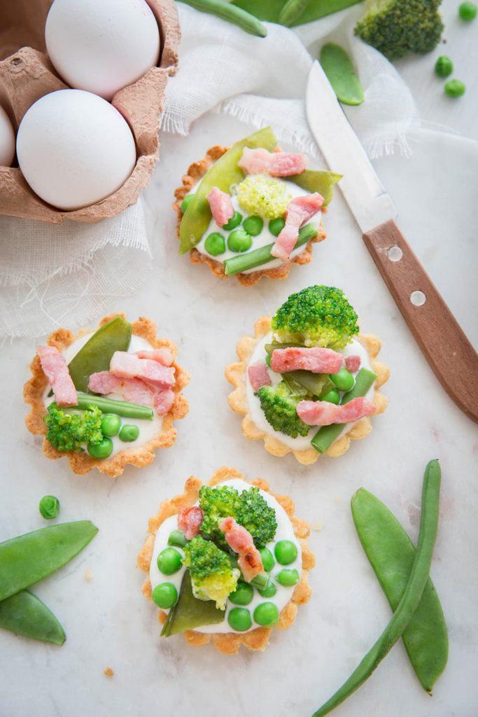 Tartelettes aux légumes verts, crème ricotta et petits lardons*
