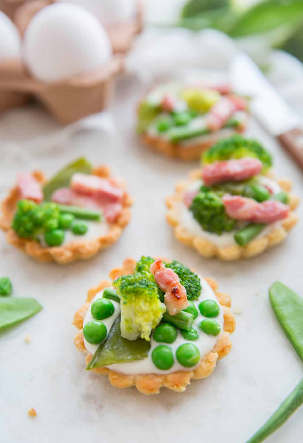 Tartelettes au légumes verts, crème ricotta et lardons Brocéliande