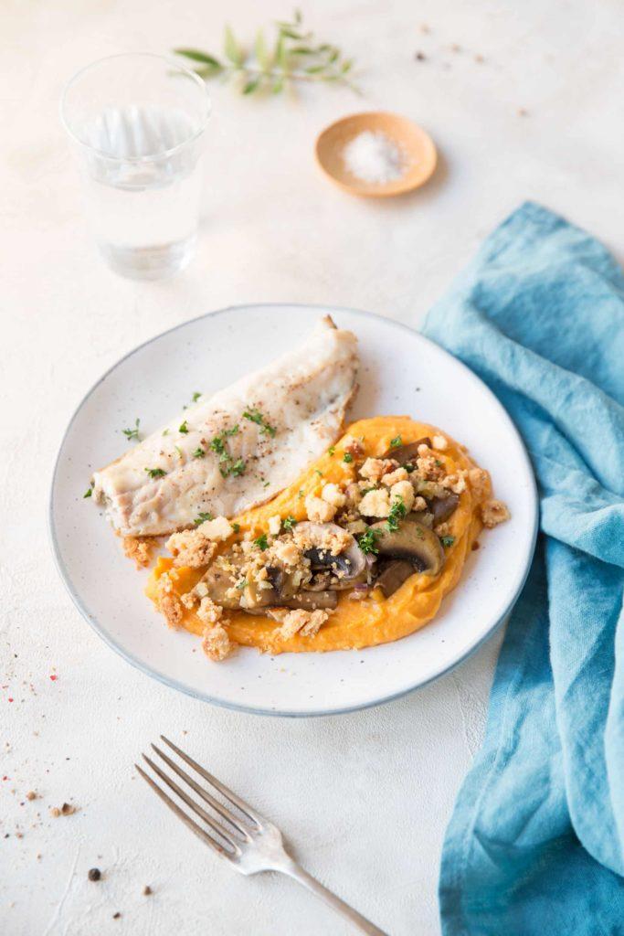 filet de bar poêlé, purée de patate douce, champignons & crumble à l'amande