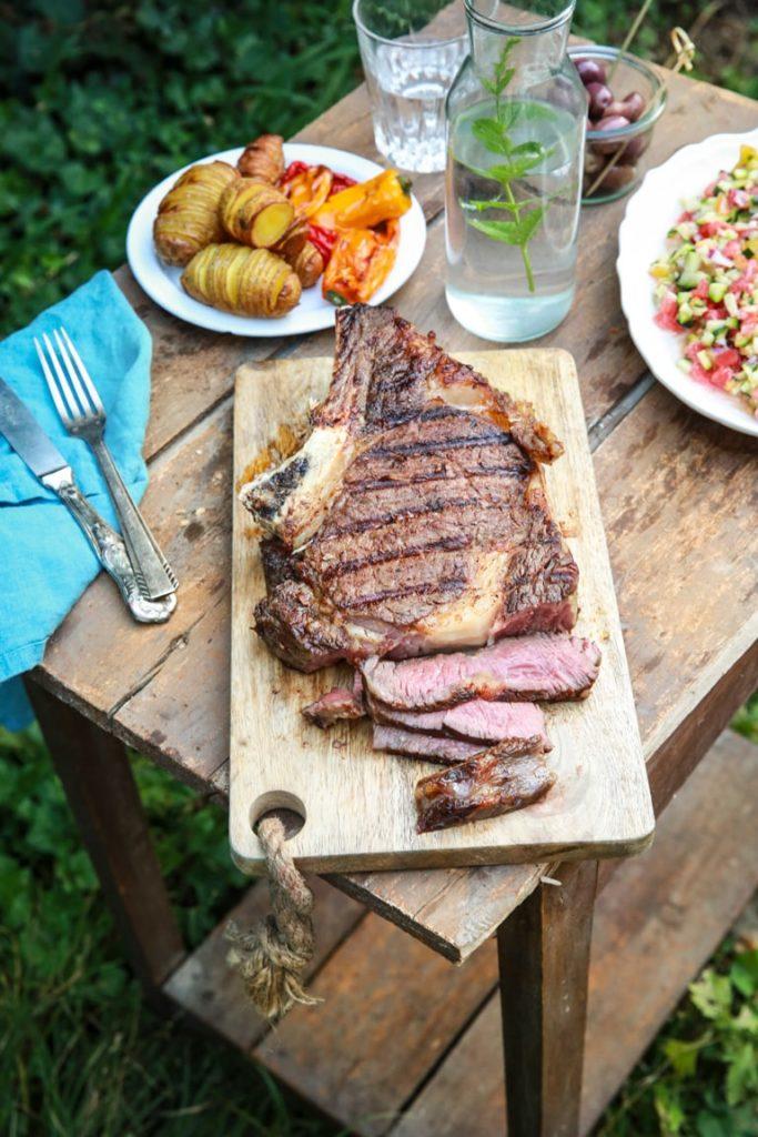 Côte de boeuf cajun au BBQ, hasselback potatoes & tartare de légumes